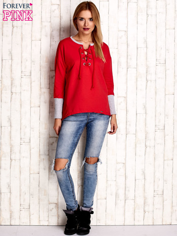 Czerwona bluza z wiązaniem i szerokim ściągaczem                                  zdj.                                  2