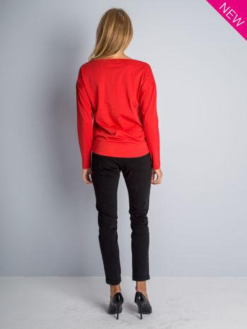 Czerwona bluzka z aplikacją z dżetów z przodu                                  zdj.                                  5