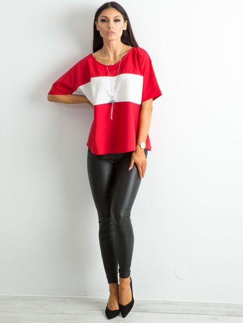 Czerwona bluzka z kontrastową wstawką                              zdj.                              4