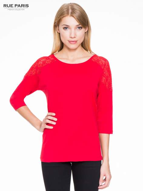 Czerwona bluzka z koronkową wstawką na ramionach