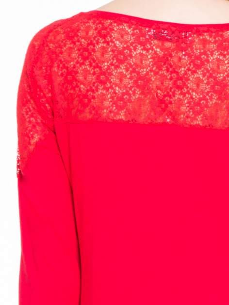 Czerwona bluzka z koronkową wstawką na ramionach                                  zdj.                                  5
