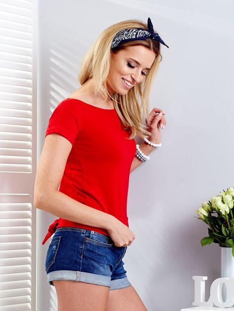 Czerwony t-shirt z wiązanym tyłem                              zdj.                              5