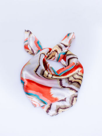 Czerwona chusta apaszka w wielobarwne wzory                                  zdj.                                  1