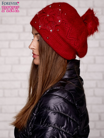 Czerwona czapka z ozdobnym kwiatem i pomponem                                  zdj.                                  2