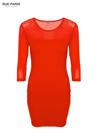Czerwona dopasowana sukienka pokryta na górze siateczką