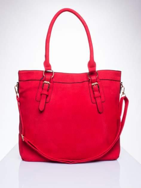 Czerwona fakturowana torebka z klamerkami