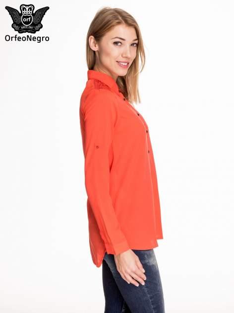 Czerwona koszula z koronkową wstawką przy ramionach                                  zdj.                                  3