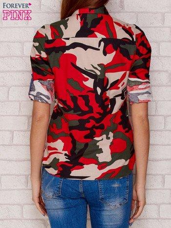 Czerwona koszula z motywem moro