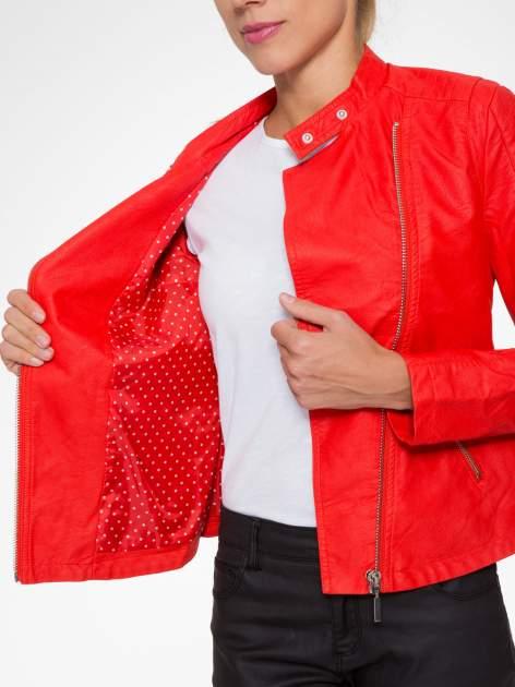 Czerwona kurtka biker z przeszyciami na ramionach                                  zdj.                                  7