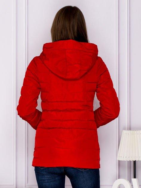Czerwona kurtka przejściowa z błyszczącymi suwakami                                  zdj.                                  2