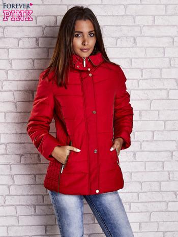 Czerwona kurtka zimowa ze skórzaną lamówką i futrzanym kapturem                                  zdj.                                  1