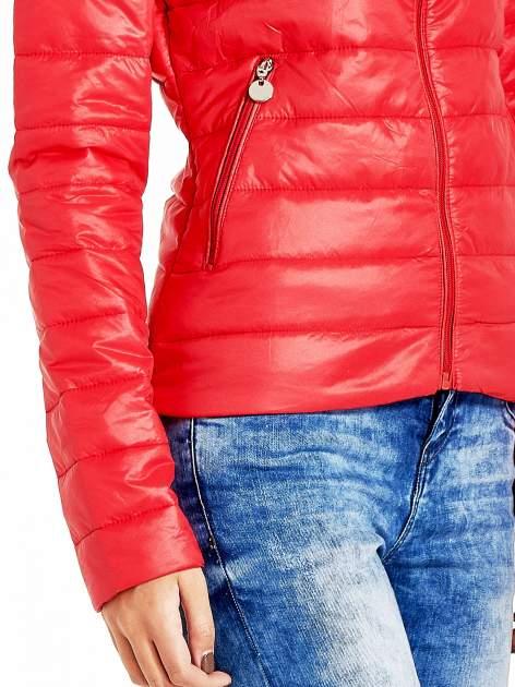 Czerwona lekka kurtka puchowa ze stójką                                  zdj.                                  5