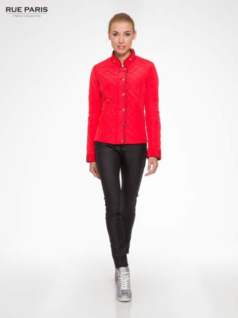 Czerwona pikowana kurtka ze skórzaną lamówką                                  zdj.                                  2