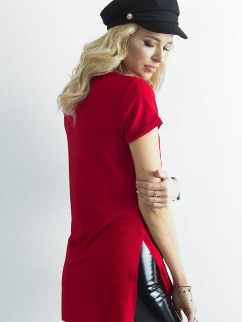 Czerwona prążkowana bluzka w serek                              zdj.                              2