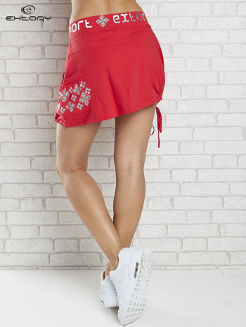 Czerwona spódnica dresowa z nadrukami i troczkiem na dole                                  zdj.                                  2
