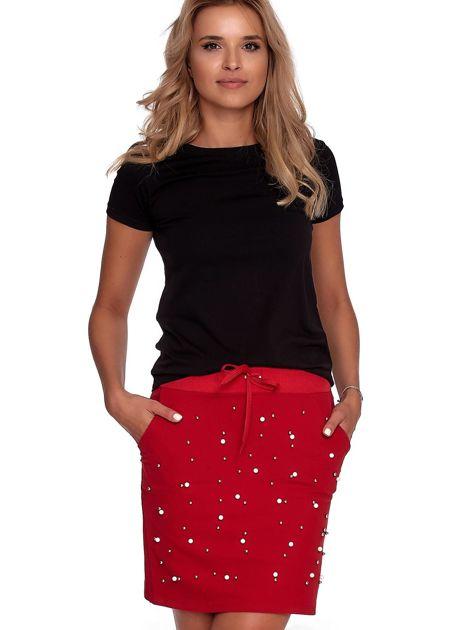 Czerwona spódnica dresowa z perełkami i kieszeniami                              zdj.                              5