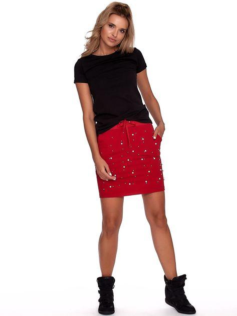 Czerwona spódnica dresowa z perełkami i kieszeniami                              zdj.                              4