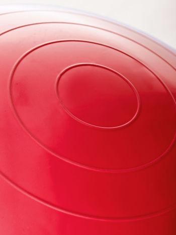 Czerwona średnia piłka fitness z ekspanderami                                  zdj.                                  5