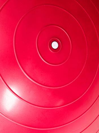 Czerwona średnia piłka fitness z ekspanderami                                  zdj.                                  4