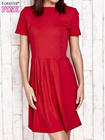 Czerwona sukienka dresowa wiązana na kokardę z tyłu                                  zdj.                                  1