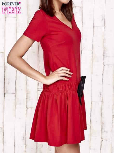 Czerwona sukienka dresowa z kokardą z przodu                                  zdj.                                  3
