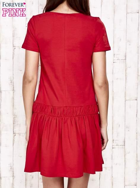 Czerwona sukienka dresowa z kokardą z przodu                                  zdj.                                  2