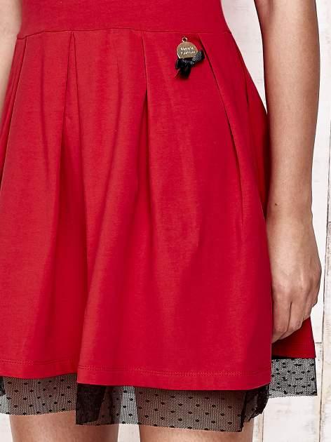 Czerwona sukienka dresowa z tiulem w groszki                                  zdj.                                  5