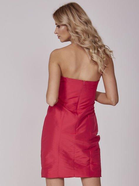 Czerwona sukienka koktajlowa z marszczeniami                               zdj.                              3