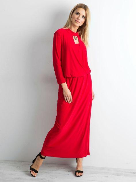 Czerwona sukienka maxi z wycięciem