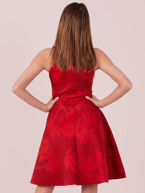 Czerwona sukienka w atłasowy kwiatowy wzór                              zdj.                              3