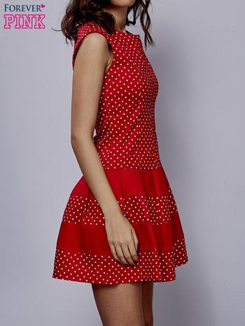Czerwona sukienka w groszki z kontrafałdami                                  zdj.                                  3