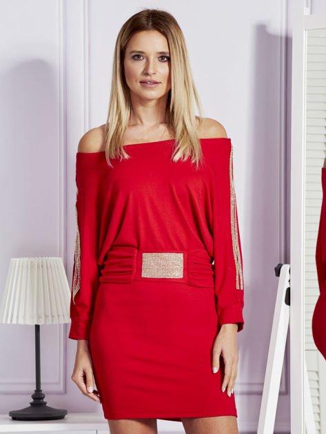 Czerwona sukienka z biżuteryjnymi wstawkami i wycięciami                               zdj.                              1