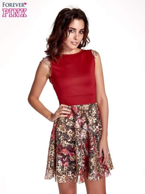 Czerwona sukienka z koronkowym kwiatowym dołem