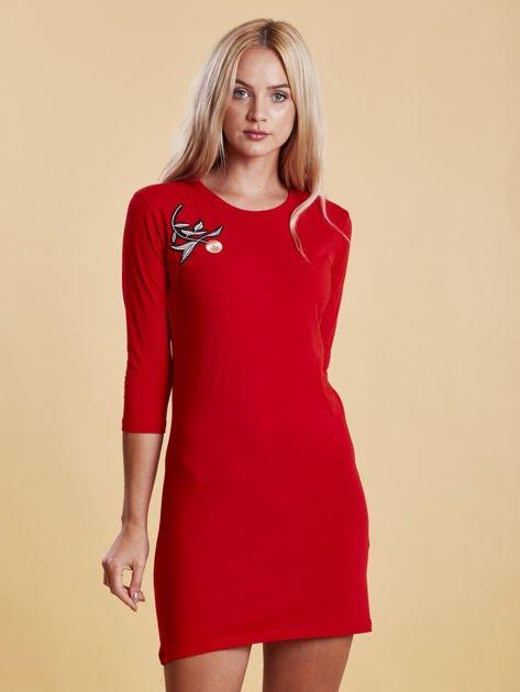 Czerwona sukienka z kwiatową naszywką                              zdj.                              1