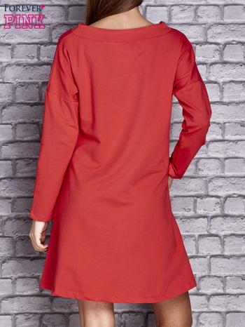 Czerwona sukienka z napisem LITTLE BLACK DRESS                                  zdj.                                  3