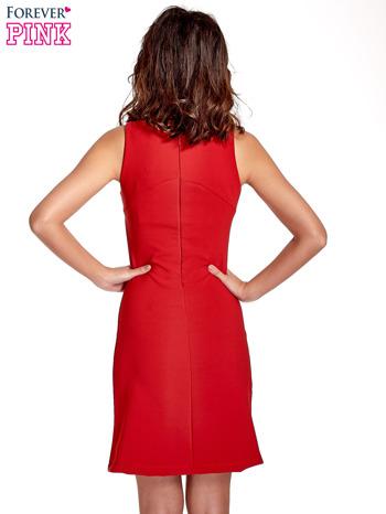 Czerwona sukienka z wycięciem na dekolcie                                  zdj.                                  4