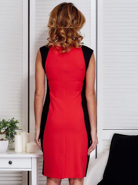 Czerwona sukienka ze złotym łańcuszkiem                               zdj.                              2