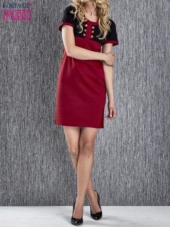 Czerwona sukienka ze złotymi guzikami                                  zdj.                                  2