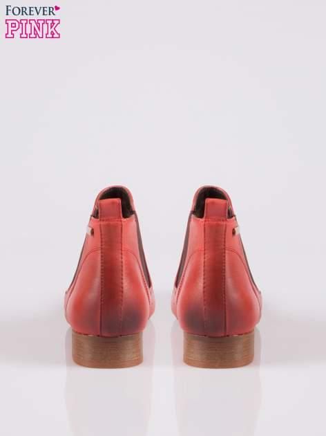 Czerwone dziurkowane botki damskie z cieniowaną cholewką                                  zdj.                                  3