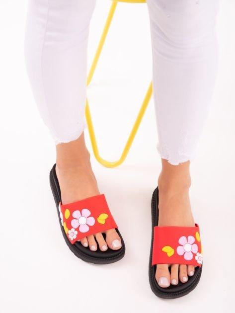Czerwone klapki na grubej podeszwie w żółte kwiaty                              zdj.                              2