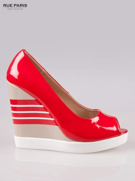 Czerwone lakierowane buty peep toe na wzorzystym koturnie