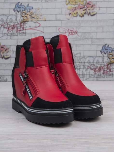 Czerwone skórzane sneakersy Perry z zamszowymi wstawkami i suwakami                                  zdj.                                  2