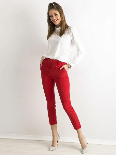 Czerwone spodnie cygaretki z paskiem                              zdj.                              4