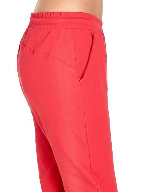Czerwone spodnie dresowe z powijaną nogawką                                  zdj.                                  5
