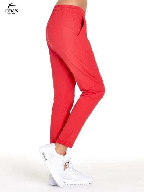 Czerwone spodnie dresowe z powijaną nogawką                                  zdj.                                  3