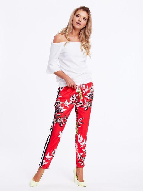 Czerwone spodnie w kwiaty z lampasami                              zdj.                              4