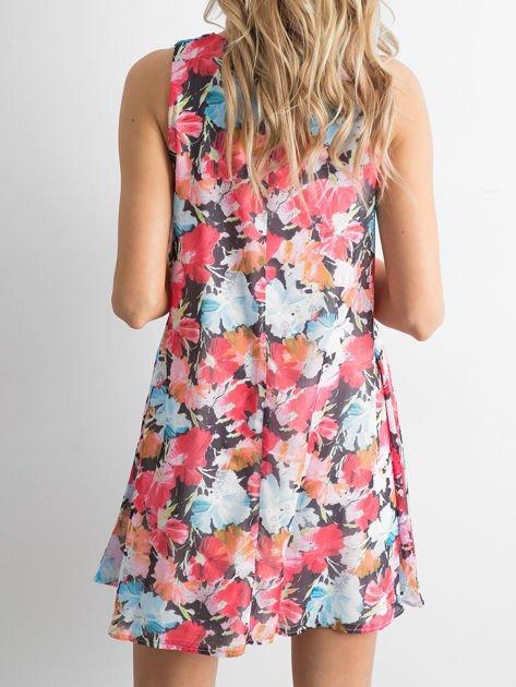 Czerwono-niebieska sukienka w kolorowe kwiaty                              zdj.                              3