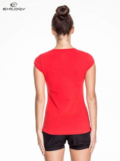Czerwony damski t-shirt sportowy basic                                  zdj.                                  4