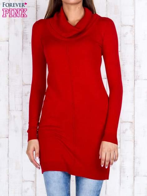 Czerwony długi sweter z golfem i dekoltem w prążki