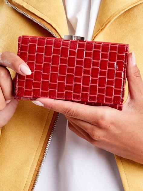 Czerwony lakierowany portfel z motywem geometrycznym